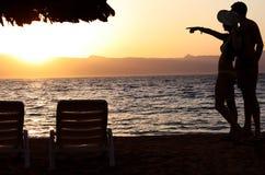 Sonnenuntergang-Strand-Paare Stockbilder