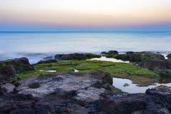 Sonnenuntergang an Strand Punta Secca - Montalbano-Schmierfilmbildungs-Standort stockbild