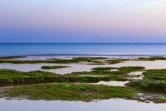 Sonnenuntergang an Strand Punta Secca - Montalbano-Schmierfilmbildungs-Standort Stockfotografie