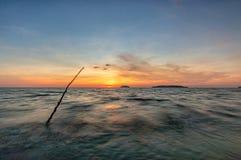 Sonnenuntergang an Strand Tanjung Aru Stockbild