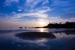 Sonnenuntergang am Strand, Thailand Lizenzfreie Stockfotos