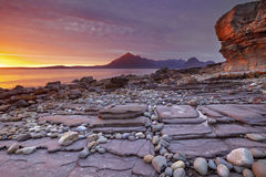 Sonnenuntergang am Strand von Elgol, Insel von Skye, Schottland lizenzfreie stockfotos