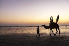 Sonnenuntergang am Strand von Karatschi Stockbild
