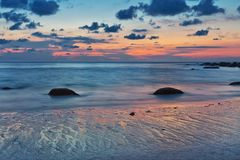 Sonnenuntergang am Strand von Khao Lak thailand Lizenzfreie Stockfotografie