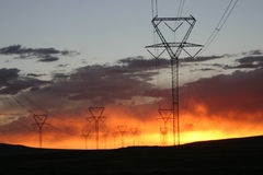 Sonnenuntergang-Stromleitungen 2 Stockbilder