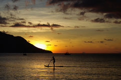 Am Sonnenuntergang surfen, Galan Vallon, Seychellen Stockfotografie