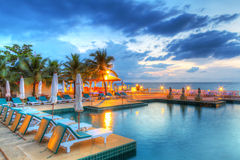 Sonnenuntergang am Swimmingpool Lizenzfreie Stockfotografie