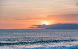 Sonnenuntergang am Tanah-Lostempel Bali-Insel, Indonesien stockbild