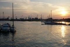 Sonnenuntergang in Taranto stockbilder