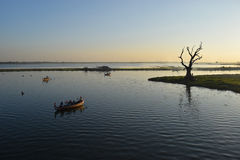 Sonnenuntergang am Taungthaman See, Amarapura, Mandalay, Myanmar Lizenzfreie Stockfotos