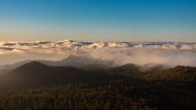 Sonnenuntergang timelapse mit Hügeln und Wolken, Draufsicht stock video