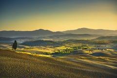 Sonnenuntergang Toskana Maremma Bäume, Ackerland, Hügel und Felder ital Lizenzfreie Stockbilder