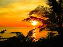 Sonnenuntergang am Tropeninsel-Strand in Thailand Lizenzfreies Stockbild