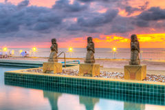 Sonnenuntergang am tropischen Swimmingpool Stockfotografie