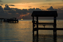 Sonnenuntergang am tropischen Ufergegendstandort Lizenzfreies Stockbild