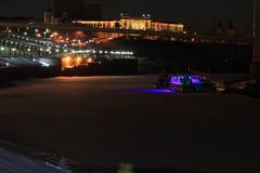 Sonnenuntergang Tura Embankment und die Brücke von Liebhabern Tyumen Russe Sibirien lizenzfreie stockfotos