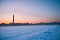 Sonnenuntergang um das gefrorene Feld Stockfoto