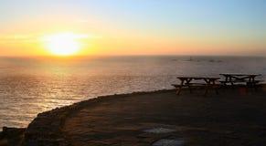 Sonnenuntergang und Bänke Lizenzfreies Stockfoto