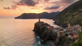 Sonnenuntergang und blaues Stunde timelapse des Reisemarksteinbestimmungsortes Vernazza, eine kleine Mittelmeerstadt, Cinque-terr stock video footage