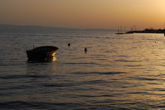 Sonnenuntergang und Boot Stockfotos