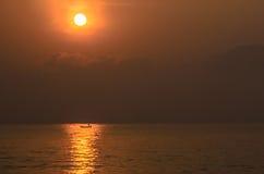 Sonnenuntergang und Boot Lizenzfreies Stockbild