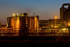 Sonnenuntergang und Chemiefabrik Stockbild