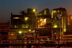 Sonnenuntergang und Chemiefabrik Lizenzfreie Stockfotografie