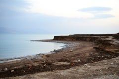 Sonnenuntergang und Dämmerung an der Küste von Totem Meer, von Felsen und von salzigem Strand mit geologischem Felsen und Salzsch stockfoto