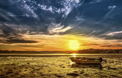 Sonnenuntergang und das Boot Lizenzfreie Stockbilder