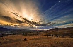 Sonnenuntergang und die Berge Stockfotografie