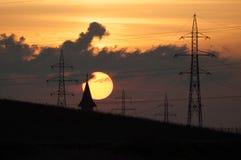 Sonnenuntergang und ein Kirchturm Stockbild