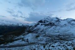 Sonnenuntergang und ein Mond in den Alpen Lizenzfreie Stockfotografie