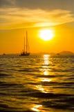 Sonnenuntergang und eine Yacht lizenzfreie stockfotos