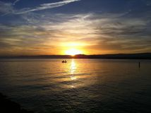 Sonnenuntergang und einsames Boot Lizenzfreies Stockbild