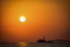 Sonnenuntergang und einsames Boot Stockfotos