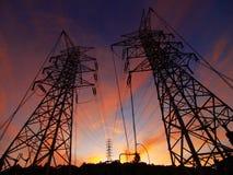 Sonnenuntergang und elektrische Kontrolltürme Lizenzfreie Stockfotos