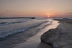 Sonnenuntergang und Felsen Stockfotografie
