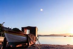 Sonnenuntergang und Fischerboot am Abraao-Strand u. am x28; Florianopolis - Brazil& x29; Lizenzfreies Stockfoto