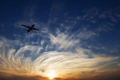 Sonnenuntergang und Flugzeug lizenzfreie stockbilder