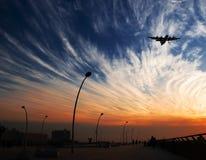 Sonnenuntergang und Flugzeug stockfotos