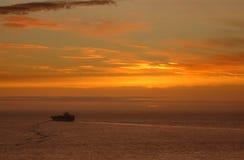 Sonnenuntergang- und Frachtschiff Stockbild