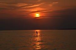Sonnenuntergang und Frauenschattenbilder Stockfotos