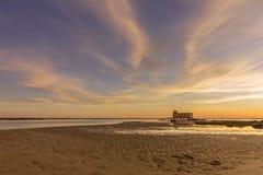 Sonnenuntergang und historisches Leibwächtergebäude an der Fuseta-Fischenstadt, Algarve Lizenzfreie Stockbilder
