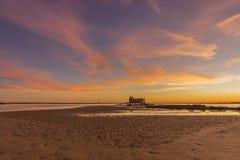 Sonnenuntergang und historisches Leibwächtergebäude an der Fuseta-Fischenstadt, Algarve Stockfotos