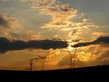 Sonnenuntergang und Hochspannung Lizenzfreie Stockfotos