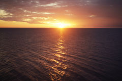 Sonnenuntergang und Licht von der Sonne auf dem Meer Stockbilder