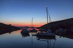 Sonnenuntergang und Luxusyacht im Meer, Lizenzfreies Stockfoto
