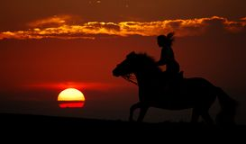 Sonnenuntergang und Mitfahrer (Schattenbild) Lizenzfreie Stockbilder