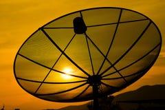 Sonnenuntergang und Satellitenschüssel Lizenzfreie Stockbilder
