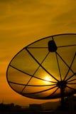 Sonnenuntergang und Satellitenschüssel Lizenzfreie Stockfotografie